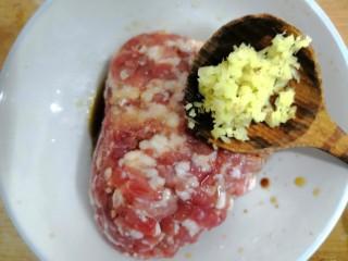 香菇酿肉,把姜,放入肉沫