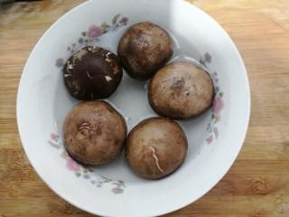 香菇酿肉,香菇放入淡盐水中,浸泡15分钟,清洗干净