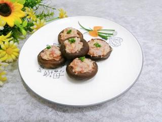 香菇酿肉,盛盘,点缀上香葱,即可上桌