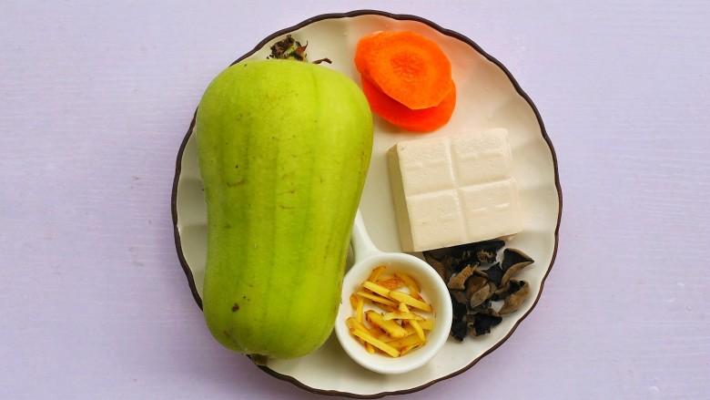 丝瓜豆腐木耳汤,准备好所有食材。