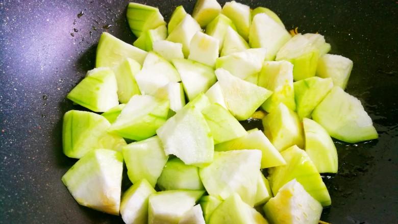 丝瓜豆腐木耳汤,倒入丝瓜翻炒至变色。