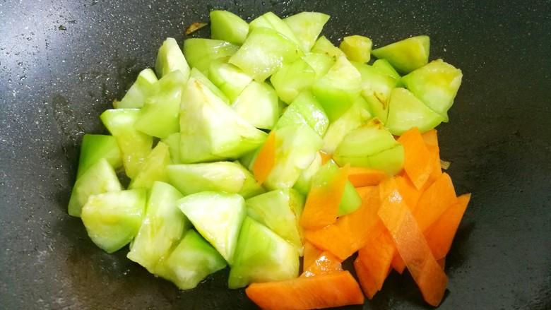 丝瓜豆腐木耳汤,加入胡萝卜。