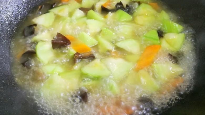 丝瓜豆腐木耳汤,加一大碗水。