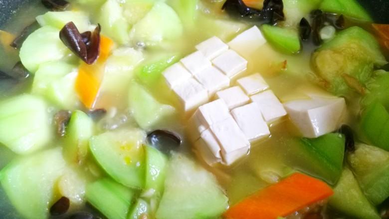 丝瓜豆腐木耳汤,加入豆腐煮开。