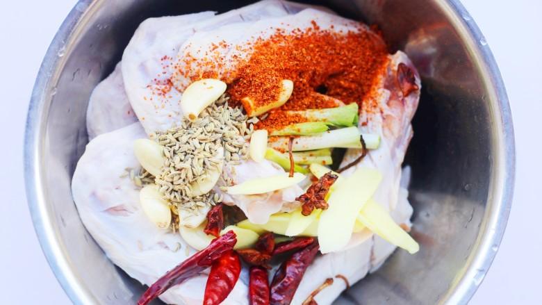 电饭煲卤鸭翅,倒入其它准备好的食材。