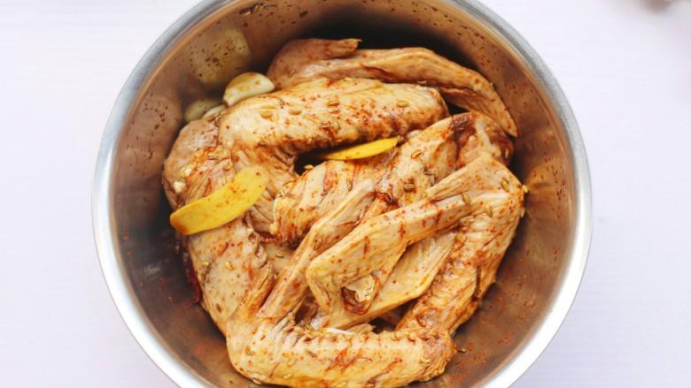 电饭煲卤鸭翅,拌匀腌制1小时以上。