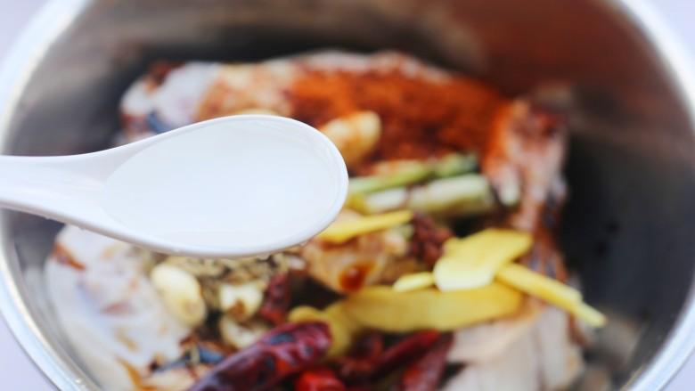 电饭煲卤鸭翅,1勺料酒。