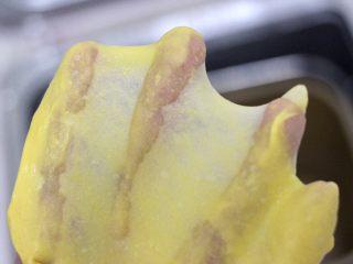 南瓜酸奶华夫饼,和好的面团,揉到完全扩展阶段(面团光滑有延展性,用手撑开会有光滑很透的薄膜,裂口是光滑的)。