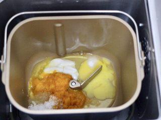 南瓜酸奶华夫饼,把称重的鸡蛋和白糖,盐、酸奶和南瓜泥先放入面包桶里。