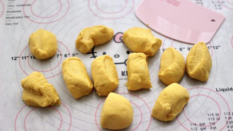 南瓜酸奶华夫饼,把面团分割成大小一致的剂子。