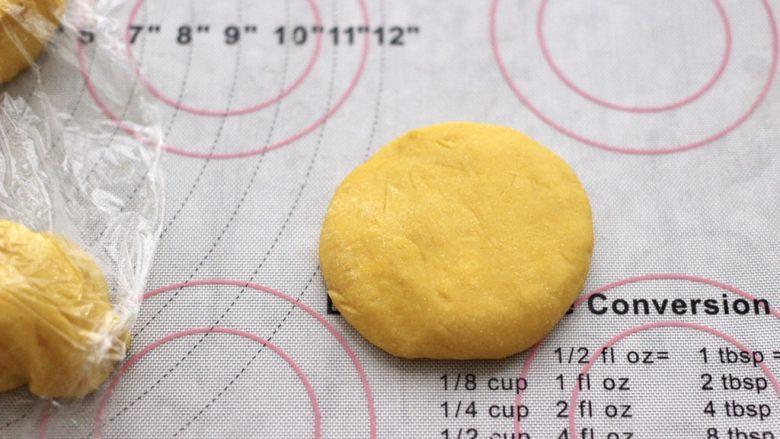 南瓜酸奶华夫饼,盖保鲜膜松弛10分钟后,取一个面团摁扁。