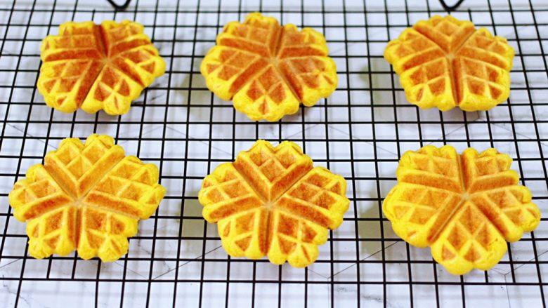 南瓜酸奶华夫饼,依次做完所有的华夫饼胚,做好的华夫饼放到架子上凉凉保存就可以了。
