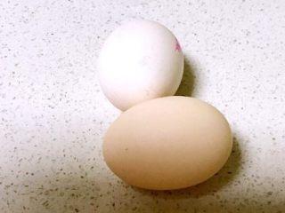 彩椒盅,把土鸡蛋清洗干净