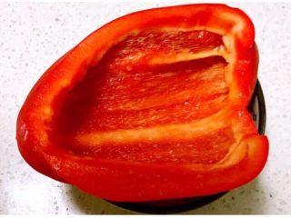彩椒盅,把彩椒从中间切开,切去里面的筋膜和辣椒子