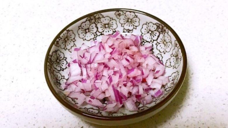 彩椒盅,把紫皮圆葱切成小丁