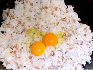 彩椒盅,加入米饭翻炒均匀,打入鸡蛋