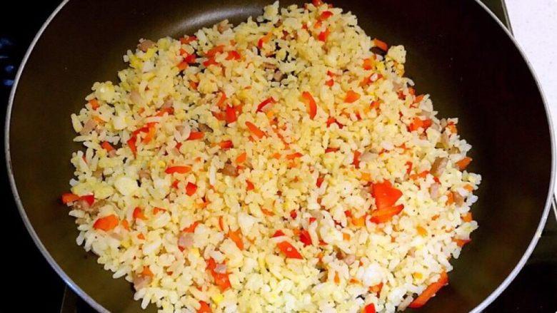 彩椒盅,加入炒好的米饭,翻炒均匀即可