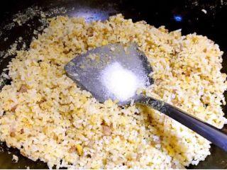 彩椒盅,加入精盐调味