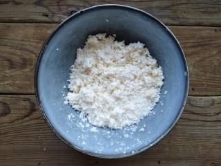 玉米粑粑,擦成末的粘玉米。粘玉米水分較少,口感發糯,用它來做玉米粑粑不用加特別多的面粉,甚至不加。另外粘玉米甜度不是很高,可以根據個人口味做成甜口兒或咸口兒的玉米粑粑。