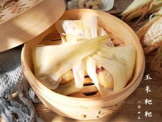 玉米粑粑,擦絲器沒有吧玉米粒完全打碎,咬一口玉米粑粑還能隱約吃到玉米的顆粒感,口感勁道有嚼勁。