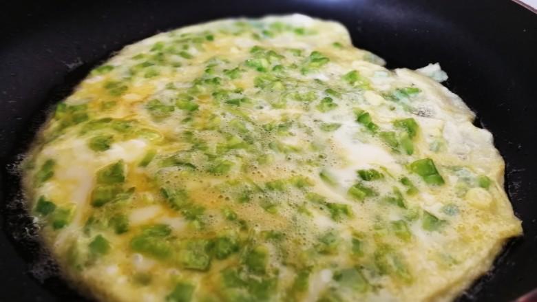 苦瓜煎鸡蛋,蛋液表面都凝固,蛋饼整体变厚的时候翻面。
