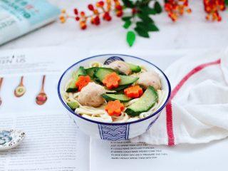 黄瓜墨鱼丸子汤面,将煮熟的面捞到碗里,上面浇上黄瓜墨鱼丸子汤即可,热乎乎香喷喷的汤面,特别适合这个季节吃,一人一碗不够吃哟。