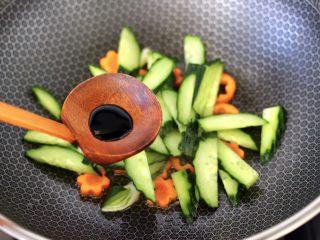 黄瓜墨鱼丸子汤面,大火快速翻炒片刻,加入生抽调味调色。