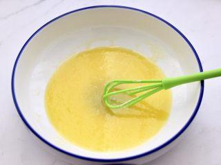 核桃酥,用手动打蛋器,把所有的食材搅拌至均匀,看见所有的食材完全融合后。