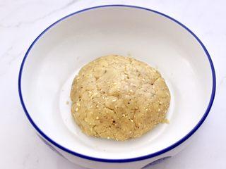 核桃酥,继续用硅胶铲子翻拌至均匀,且无干粉的时候,盖上盖子或保鲜膜松弛静置30分钟。