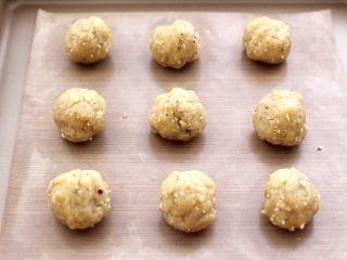 核桃酥,松弛好的面团,用手分割成等份一样的小圆球。