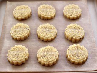 核桃酥,再用自己喜欢的模具压出形状,并间隔距离即可,这个时候把烤箱预热,180度预热5分钟。