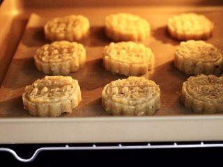 核桃酥,把做好的核桃酥,放入烤箱中层,烤箱设置温度为上管190°,下管180°,时间为18分钟(时间及温度仅供参考)