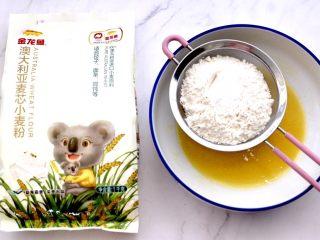 核桃酥,碗中再筛入称重后的面粉和泡打粉。