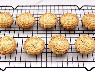 核桃酥,香酥可口的核桃酥出炉咯,戴上隔热手套取出烤盘,放到架子上面放凉即可食用咯。