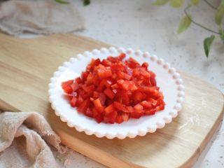 鸡米炒毛豆,彩椒切成小粒粒。