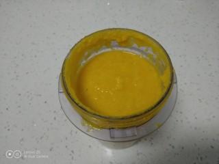 肉丝、扁豆丝、南瓜手擀面条汤,南瓜放入料理机中,加入清水,打成南瓜汁。