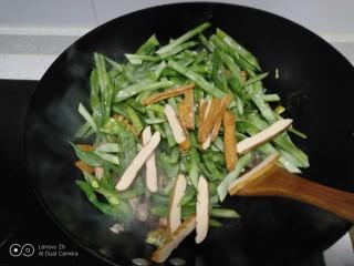 肉丝、扁豆丝、南瓜手擀面条汤,放入豆干。