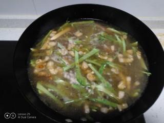 肉丝、扁豆丝、南瓜手擀面条汤,加入适量清水。