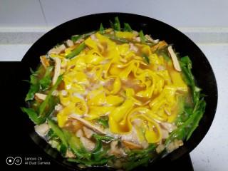 肉丝、扁豆丝、南瓜手擀面条汤,水开后放入南瓜手擀面。