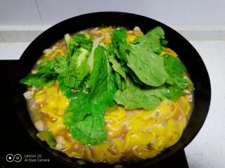 肉丝、扁豆丝、南瓜手擀面条汤,手擀面断生,放入小白菜。