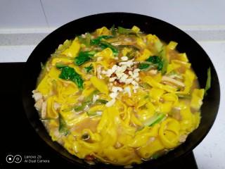 肉丝、扁豆丝、南瓜手擀面条汤,加入蒜末。