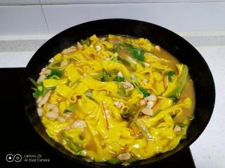肉丝、扁豆丝、南瓜手擀面条汤,搅拌均匀,加入香油、鸡精关火,搅拌均匀