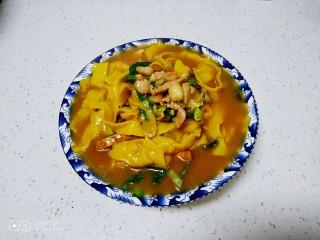 肉丝、扁豆丝、南瓜手擀面条汤,盛入碗中。