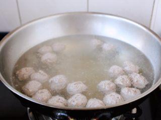 冬瓜羊肉丸子汤,随着水温的升高,丸子也在飘起来,这表明丸子自己有8成熟了。