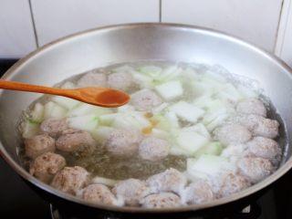 冬瓜羊肉丸子汤,放入1小勺的花椒油提鲜。