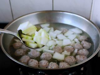 冬瓜羊肉丸子汤,羊肉丸子八成熟时放入冬瓜,将冬瓜烧熟。 烧冬瓜的时间依个人喜欢程度来定。