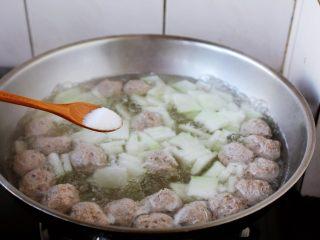 冬瓜羊肉丸子汤,放入少许的盐调味。