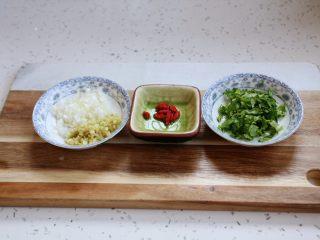 冬瓜羊肉丸子汤,葱姜切末,香菜切末,枸杞清洗干净备用。