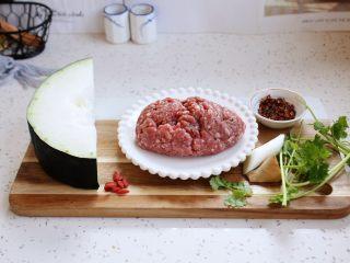 冬瓜羊肉丸子汤,准备好食材:冬瓜、羊肉末、香菜、葱姜、枸杞、花椒。