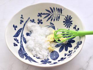 黑芝麻磨牙棒,取一个大一点的容器,放入软化好的黄油和白糖拌匀。